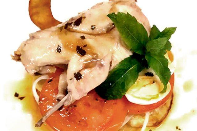 Timbal de tomate a la plancha, panaderas al romero y codorniz escabechada